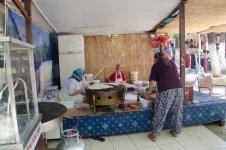 Женщины готовят турецкие лепёшки-гёзлеме для одного из кафе