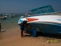 На такой лодке с прозрачным дном плавают возле коралловых рифов