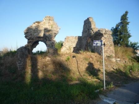 Остаток стен на бульваре Ататюрка.
