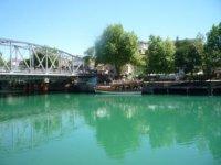 Река в городе.