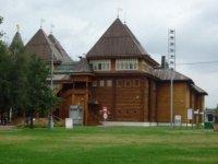 Вид на дворец от входа в заповедник