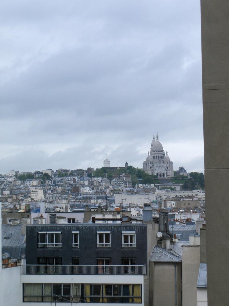 Вид из окна отеля на Basilique du Sacr? C?ur