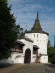 Одна из башен монастыря.