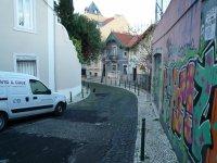 Граффити здесь много