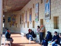 Во дворе Храма Благовещения. На стенах изображения Марии с младенцем.