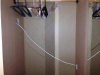 вот так шнур от холодильника протянут через весь шкаф