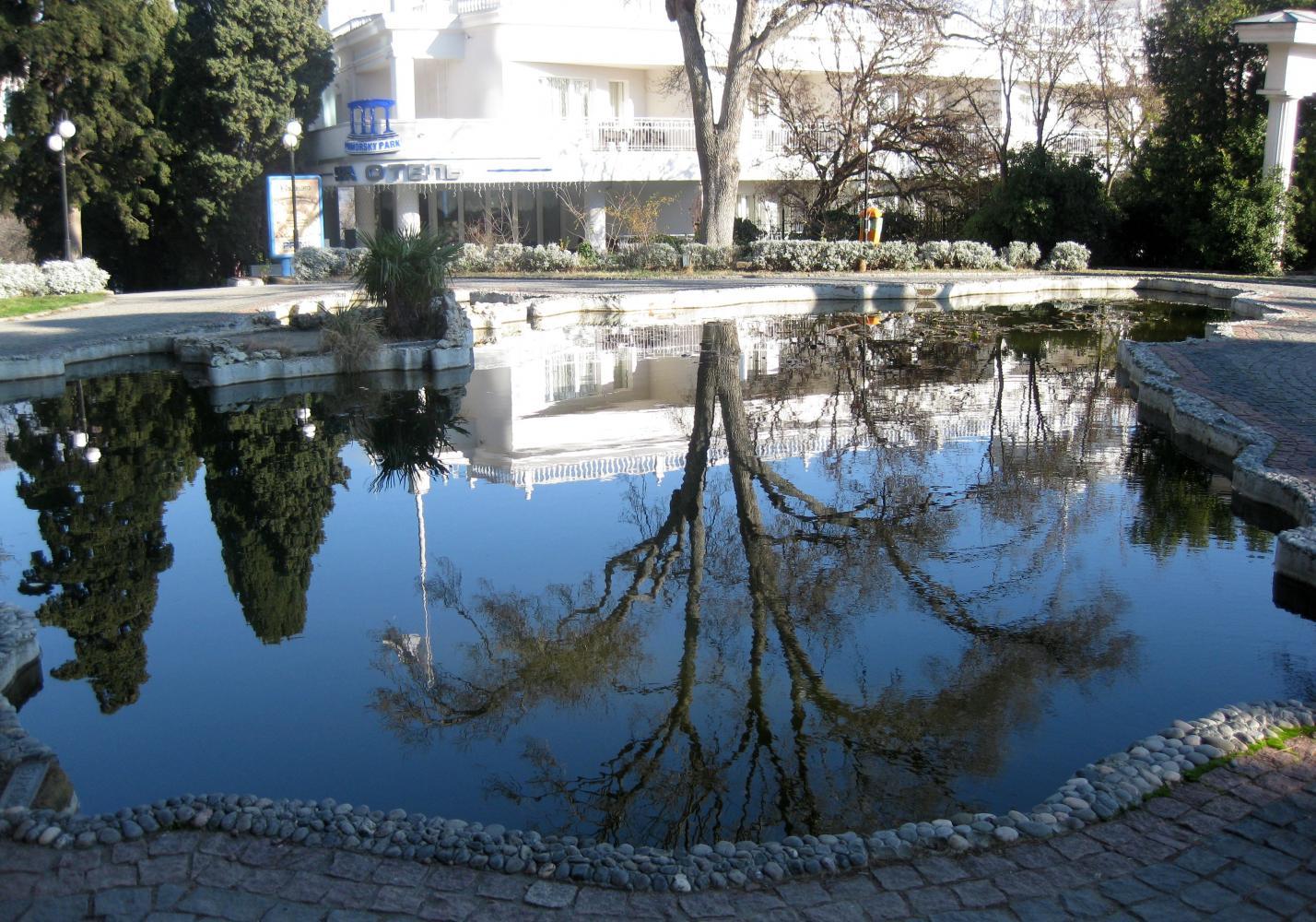 Вид входа в отель. Озеро и зелень вокруг! Солнечно и ардостно, а ведь это 3-е января!
