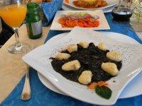 Национальное блюдо с чернилами осьминога - страшное на вид и хорошее на вкус