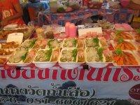 Прилавки рынка - устрицы и креветки