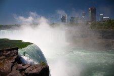 """Кораблик """"Туманная дева"""" везет туристов к низвергающемуся водопаду"""