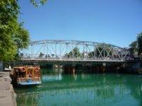 Река и мост с набережной