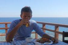 Если прийти на обед пораньше, можно успеть занять столик с видом на море.