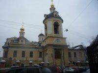 Напротив входа в центр Рерихов. Знаменская церковь на углу Малого Знаменского и Колымажного.
