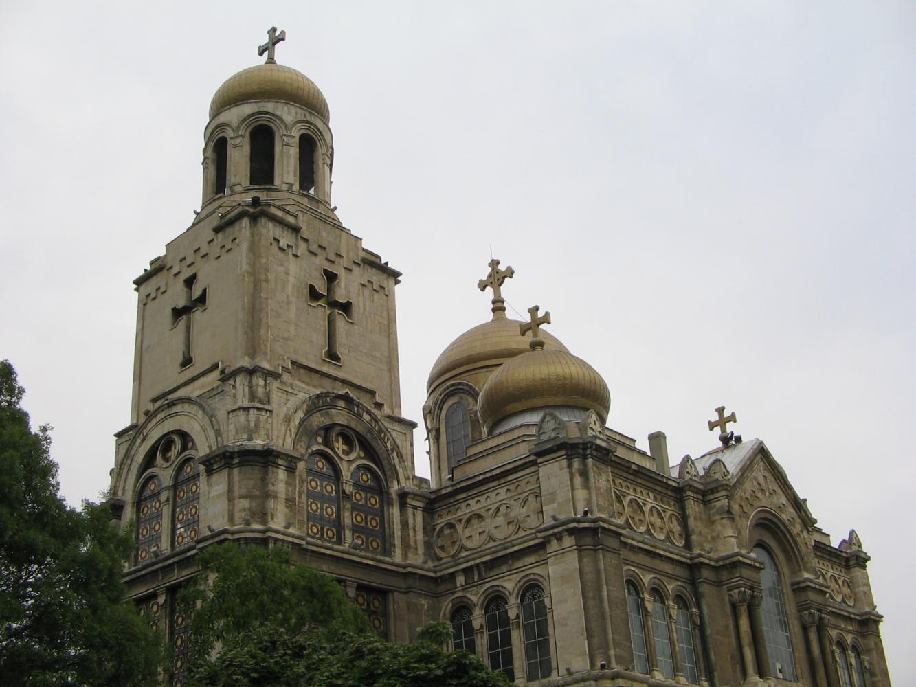 Центральная церковь с непривычным для нас крестом