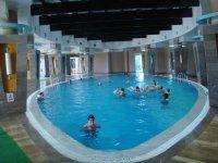 Бассейн внутри отеля