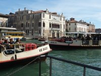 На передних местах вапоретто - лучший обзор канала и дворцов