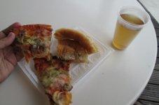 Пицца и чай в пляжном баре