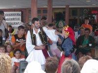 Танцевальный ансамбль с программой на туристическом корабле