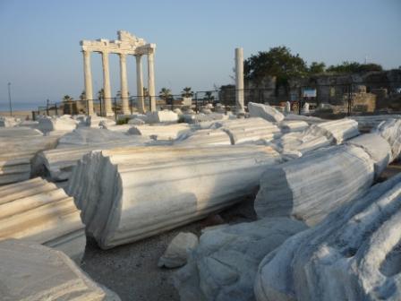 У храма Аполлона