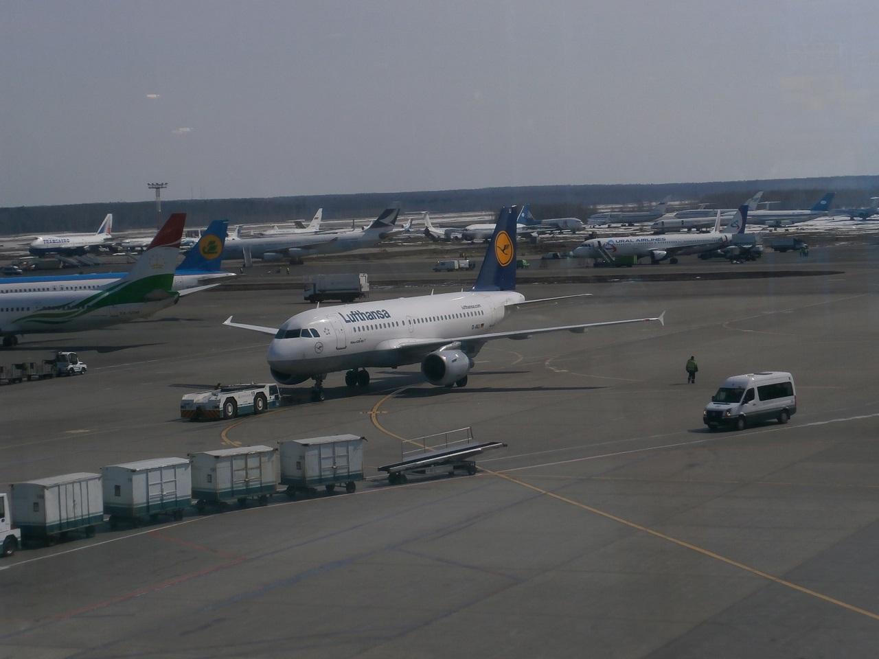 наш самолет подвозят к гейту