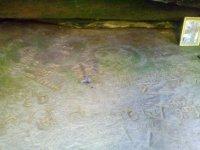 наскальные надписи на камне