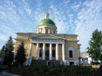 Фасад Троицкого собора из сквера.