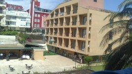 Один из корпусов отеля и внутренний двор