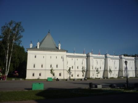 Вид на стены с площади от проспекта Победы.