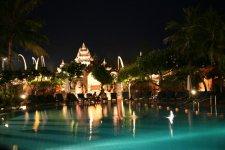 бассейн, вечер, позади светится холл