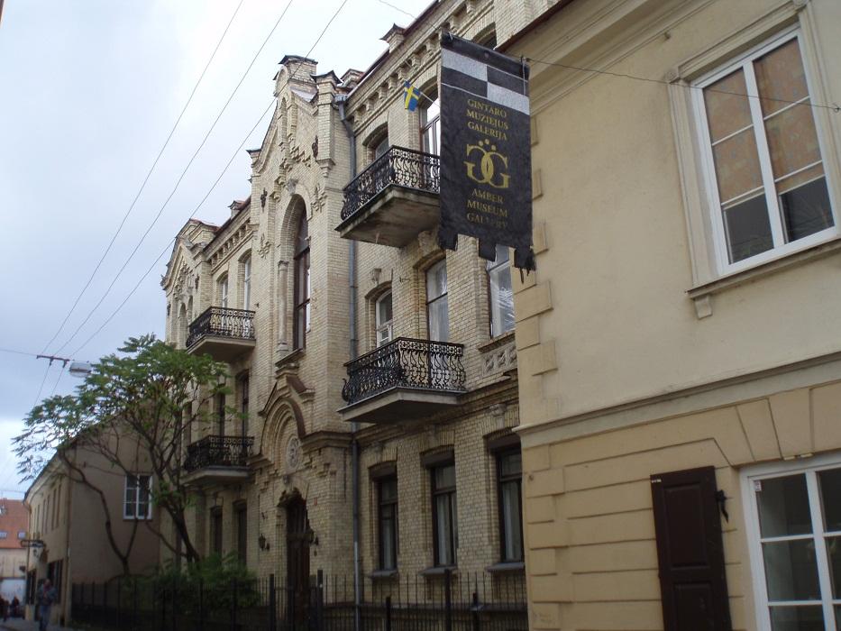 Дом напротив отеля (его мы видели из окна)