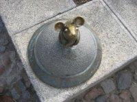 по городу много маленьких скульптур животных