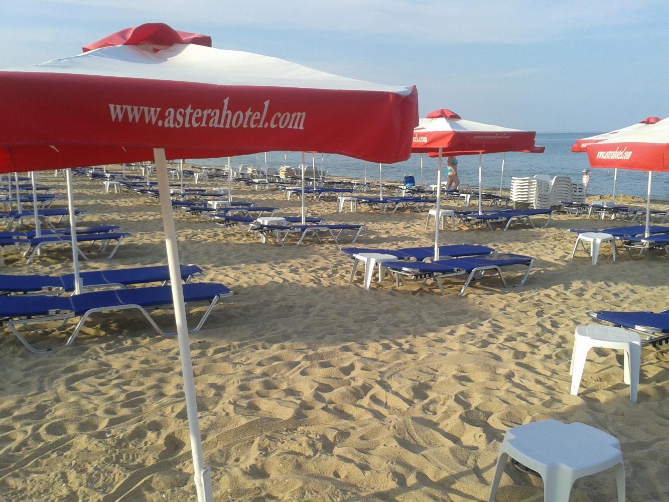 Пляж и лежаки отеля