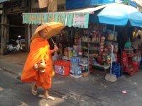 Гуляющий по улицам монах