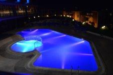 У бассейна вечером включают подсветку