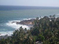 Вид с маяка Дондра на океан. Там, где полоса - начинаются большие глубины