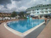Корпус отеля и бассейн