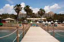 причал отеля и пляж