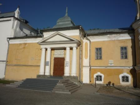Вход в основное здание галереи. Справа - здание собора, слева - выставочные залы.