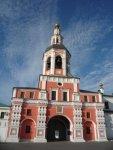 Замечательная архитектура надвратной церкви с колокольней.