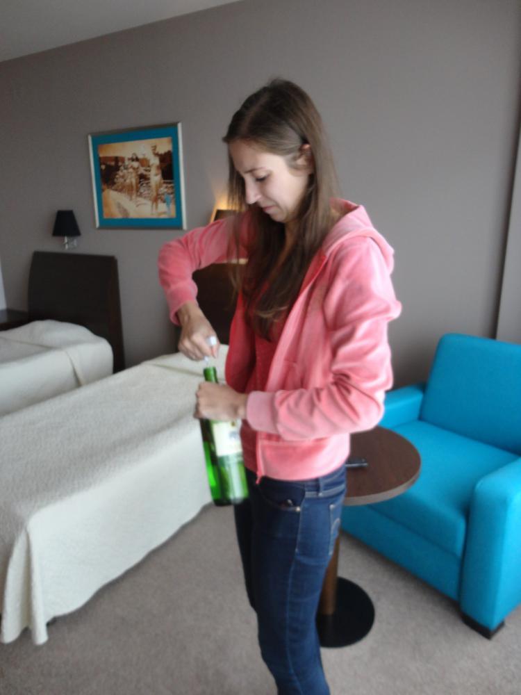 Бутылка вина в подарок)