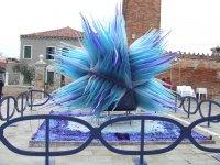 синяя абстрактная инсталляция