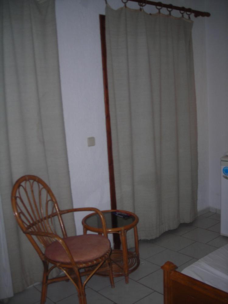 В номере: столик и выход на балкон