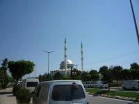 Машины у рынка возле мечети