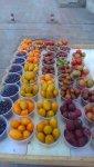 Типичный прилавок уличного торговца фруктами