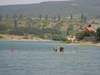 Люди купаются в водохранилище в Симферополе