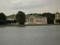 Дворец с дальнего берега пруда.