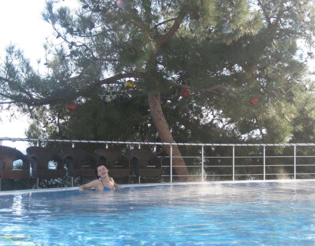 Я в открытом бассейне спа-центра! Сосны, вид на море, теплая вода. Красотища!