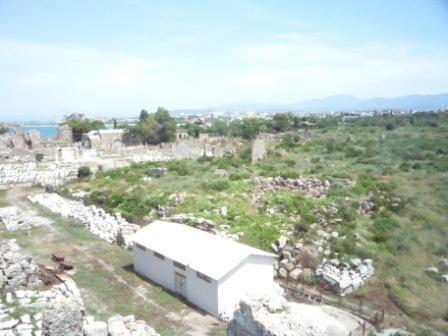Вид с крепостной башни на большую агору и музей.