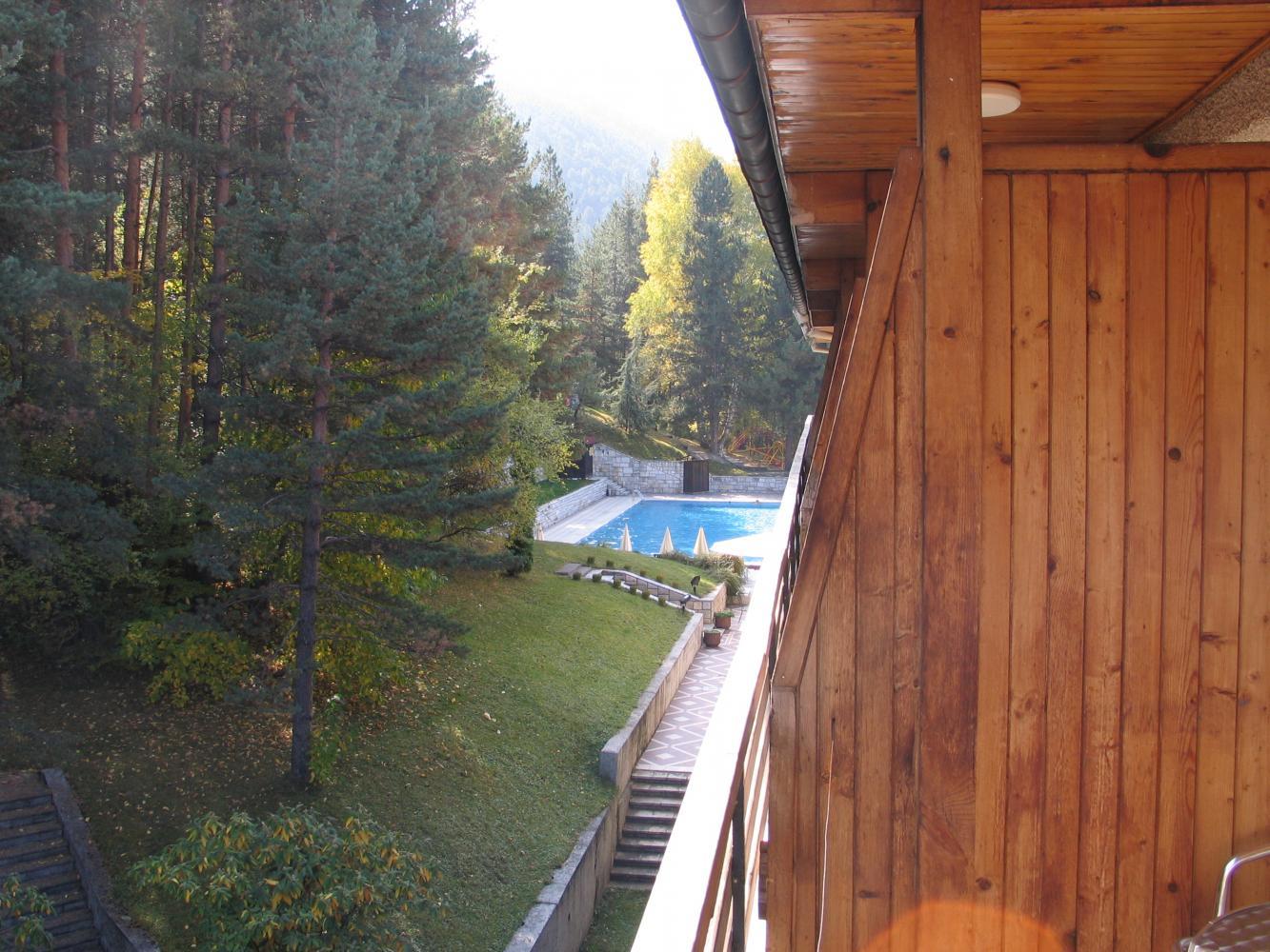 Вид из балкона на внешний бассейн