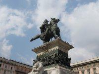 Памятник Витторио Эммануэле в центре площади Дуомо